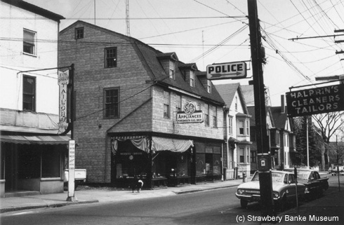 stoodley's Tavern on Daniel Street before its move to Strawbery Banke in 1965 (c) Strawbery Banke Archive