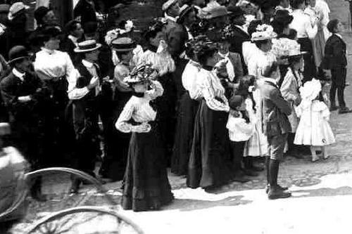 Parade crowd 1902